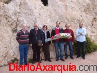 EL CANDIDATO A LA ALCALDIA DE IU, PEDRO FERNANDEZ Y OTROS MIEMBROS DEL PARTIDO  REALIZAN UNA OFRENDA FLORAL