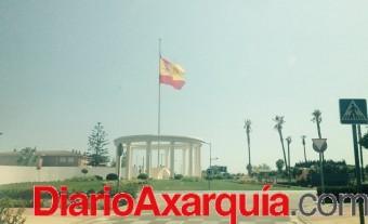 La gran bandera es España de Vélez-Málaga está izada a media asta y los veleños se preguntan el porqué.