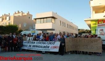 Foto de manifestación ante el consultorio de Torre de Benagalbón