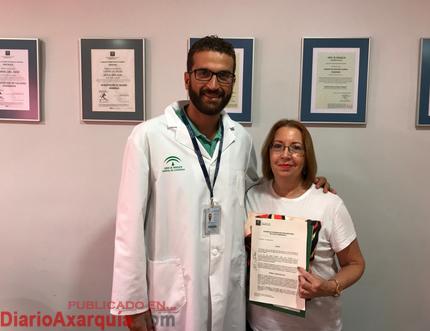 Soledad Rodríguez, una de las responsable de ADUSMAX, junto a personal sanitario en el acuerdo de colaboración con el Hospital de la Axarquía.