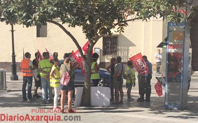 Reparto de octavillas de los trabajadores de Aqualia Vélez-Málaga a peatones y vehiculos.