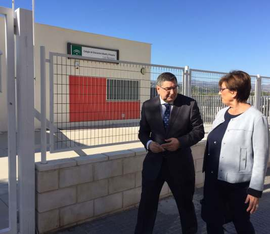 La parlamentaria andaluza del PSOE, Marisa Bustinduy, y el alcalde de Vélez-Málaga y secretario general del PSOE local, Antonio Moreno Ferrer.