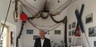 El teniente alcalde de Torre del Mar y concejal de Turismo del Ayuntamiento, Jesús C. Pérez Atencia, en la visita al faro.