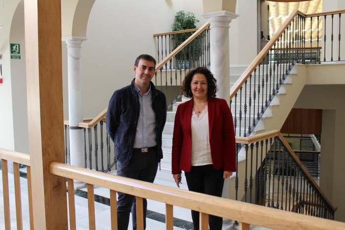La concejala de Educación y Cultura, Cynthia García y el profesor de lengua y literatura y coordinador de la actividad, Javier Rodríguez Vico.
