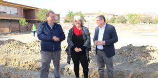El alcalde de Vélez-Málaga, Antonio Moreno Ferrer, junto con la directora del centro, Soledad Pino, ha visitado las obras que, próximamente, comenzarán también en los CEIP Custodio Pugas y Juan Herrera Alcusa.