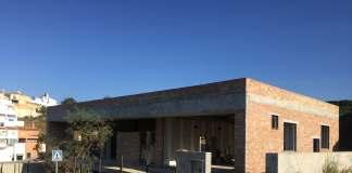 Imagen actual del estado de abandono y vandalismo del edificio que ya debía acoger la Casa de la Juventud y que se encuentran paradas.