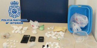 Los agentes han intervenido en el domicilio del investigado 335 gramos de cocaína -dispuesta en pequeñas dosis-, 86 de hachís, útiles parta el corte de la sustancia, tres balanzas de precisión, dos vehículos y una motocicleta, seis teléfonos móviles y dinero en efectivo.