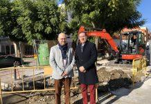 El teniente alcalde de Torre del Mar, Jesús Pérez Atencia, y el concejal de Infraestructuras, Juan Carlos Ruiz Pretel, visitaron las obras de acondicionamiento del aparcamiento de ambulancias del Centro de Salud de Torre del Mar.