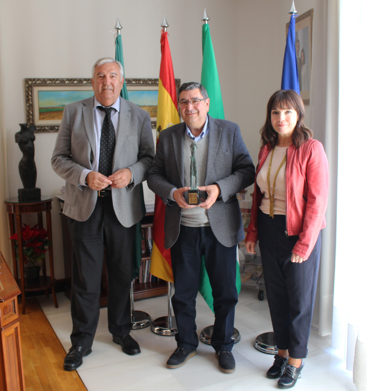 El ayuntamiento de v lez m laga recibe el premio for Oficina de empleo velez malaga
