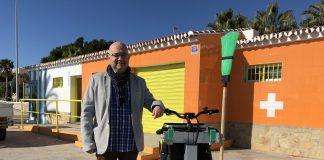 El teniente alcalde de Torre del Mar y concejal de Playas, Jesús Pérez Atencia, presentó el nuevo vehículo cien por cien eléctrico, adquirido por la delegación de Playas, que servirá para realizar el servicio de limpieza de los aseos públicos de nuestras playas de una forma respetuosa y sostenible con el medio ambiente.