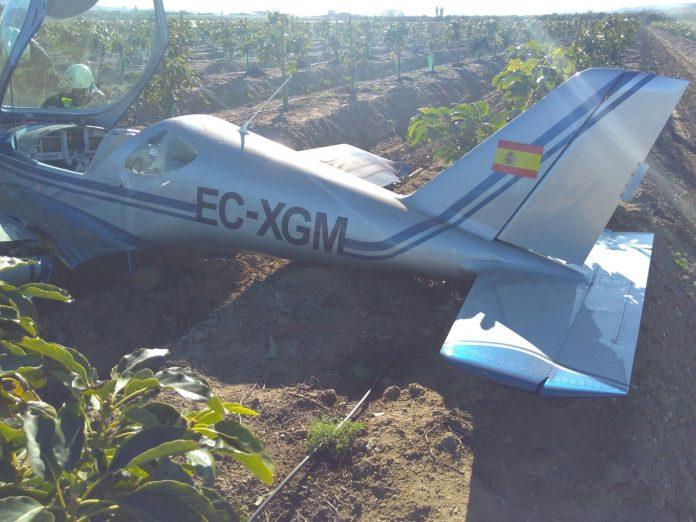 La Policía Nacional investiga las causas. El aviador ha salido de la aeronave por sus propios medios y se recupera en el Hospital Comarcal de la Axarquía, donde ha sido trasladado en una ambulancia con traumatismos.