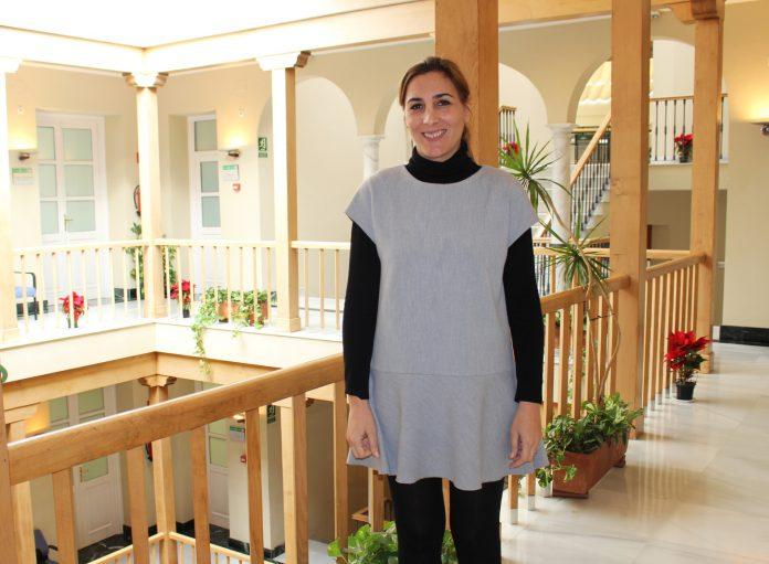 La concejala de Bienestar Social e Igualdad, Zoila Martín, informó de las nuevas ayudas aprobadas por la Junta de Andalucía, a través de las cuales la familias más vulnerables podrán percibir cantidades que oscilan entre los 420 y los 780 euros mensuales y descuentos de hasta un 40% en la factura de la luz.