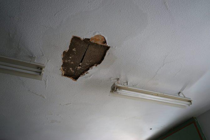 """Navarro, ha advertido que """"este desprendimiento de techo podría haber provocado un accidente mayor de haber ocurrido con niños en el aula""""."""