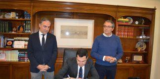 Moreno Bonilla ha firmado en el Libro de Honor del Ayuntamiento.