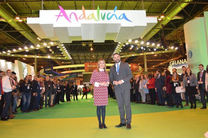 Susana Díaz, acompañada por el consejero de Turismo y Deporte, Francisco Javier Fernández, ofreció en la cita madrileña los resultados del sector turístico de la comunidad en 2017.