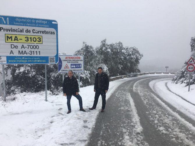 Bendodo junto a Oblaré comprueba los trabajos de Diputación en la carretera entre Olías y Venta Galwey.
