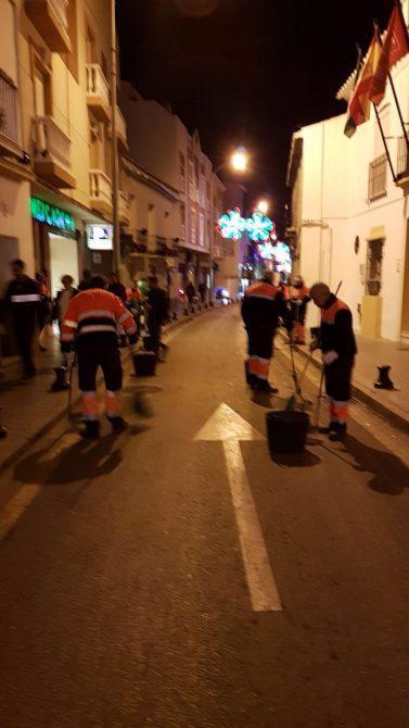 Efectivos del servicio de Limpieza de Vélez-Málaga ya trabajan en la limpieza de las calles tras el paso de las Cabalgatas de Reyes por los diferentes puntos del municipio.