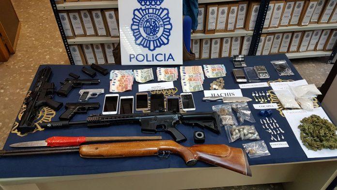 Los agentes se han incautado de 335 gramos de hachís, 131 de marihuana, 5,5 de cocaína y 4,20 de heroína y han intervenido dos armas largas de gas, tres armas cortas, una escopeta de aire comprimido, 585 euros, así como diversos útiles para la manipulación y distribución del estupefaciente.