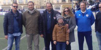 El pequeño con sus padres, Antonio y Noelia, junto a miembros de la directiva del Vélez C.F.