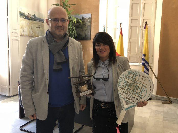 El teniente alcalde de Torre del Mar, Jesús Pérez Atencia, recibió en la Tenencia de Alcaldía a la torreña Victoria Checa Martín, que junto a Nena Smolders, se proclamó ganadora de la primera prueba del Circuito Andaluz de pádel por parejas, que se celebró durante el primer fin de semana de febrero en Utrera, Sevilla.