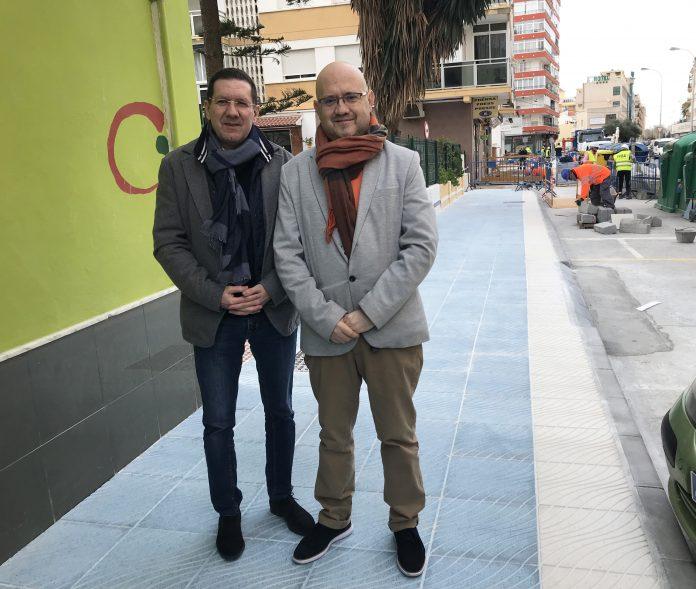 El concejal de Infraestructuras, Juan Carlos Ruiz Pretel, y el teniente de alcalde de Torre del Mar, Jesús Pérez Atencia, visitaron las obras, que se incluyen dentro un plan de renovación de aceras en Torre del Mar por importe total de 140.500 euros.