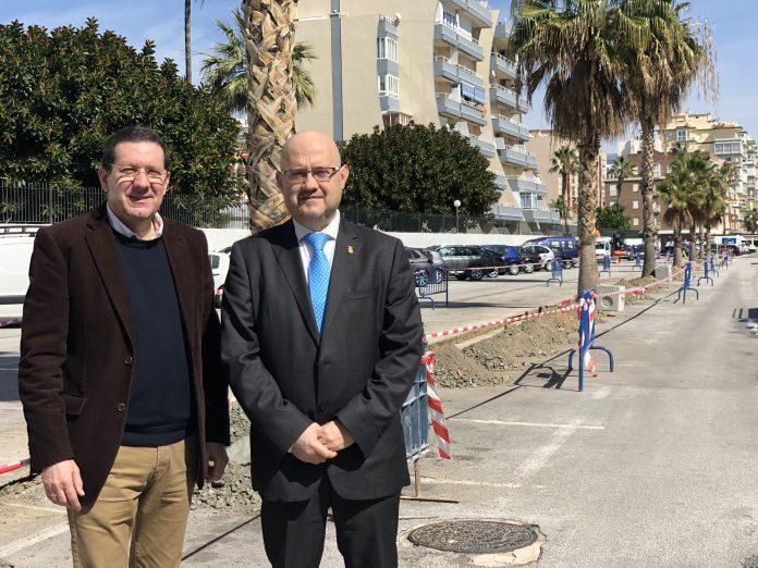 El concejal de Infraestructuras, Juan Carlos Ruiz Pretel, y el teniente de alcalde de Torre del Mar, Jesús Pérez Atencia, informaron de que los trabajos han supuesto una inversión de 21.000 euros y servirán para dar respuesta a una demanda de los comerciantes de la zona.