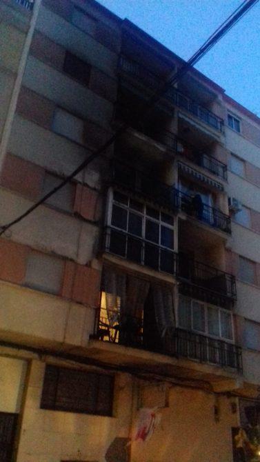En Juan Barranquero, la fachada del edificio junto a un establecimiento de bazar chino ha quedado negra debido a la gran humareda.
