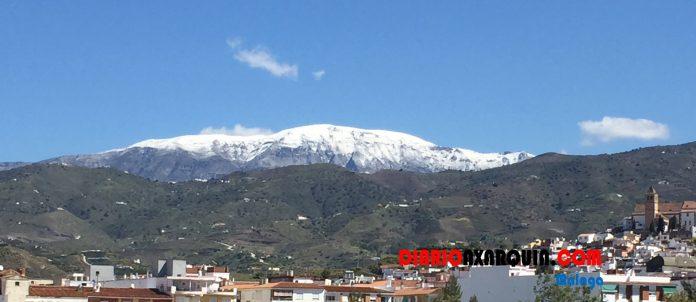 Así vemos la sierra de La Maroma hoy sábado. La nieve es visible desde diferentes puntos de la comarca.