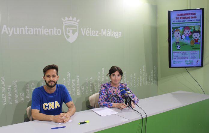 La concejala de Deportes, María José Roberto, acompañada por un representante del Club Natación Axarquía, Antonio Ruiz, informó sobre los detalles de la actividad, que se desarrollará durante los meses de julio y agosto y cuyo plazo de inscripción se abre el próximo 14 de mayo.