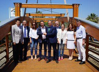 La Diputación ha financiado una pasarela peatonal de madera, de 30 metros de longitud, sobre el río Güí.