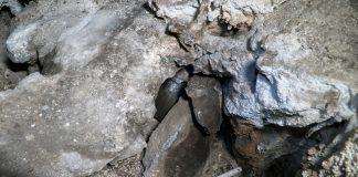 Imagen del vaso y su protección lítica, visto desde la zona en la que se produce el hallazgo.