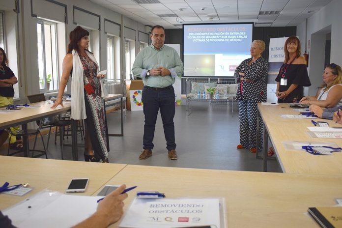 El proyecto 'Removiendo Obstáculos' impulsado por la Diputación de Málaga persigue la inclusión de estas mujeres en el mundo laboral.
