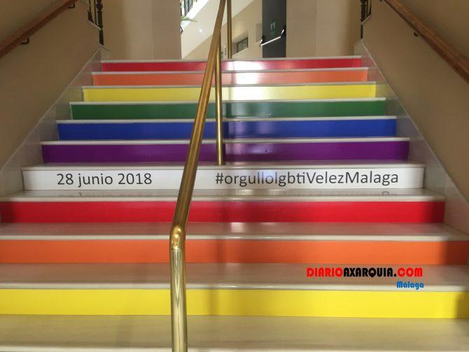 En Vélez-Málaga, los colores de la bandera LGTBI lucen en el interior del edificio del Ayuntamiento.