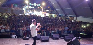 El pueblo y numerosos fans del artista llegados de diferentes puntos de Andalucía abarrotaron la Caseta Municipal.