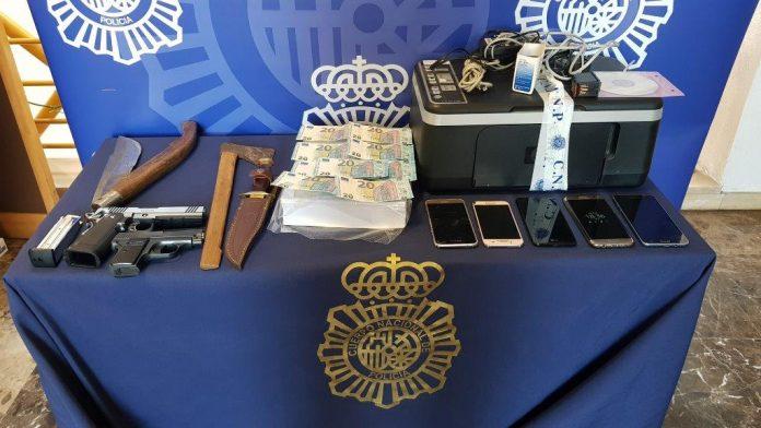  El operativo se ha llevado a cabo con la práctica de tres registros domiciliarios en los que se han intervenido, entre otros efectos, una impresora, dos armas de fuego y varias armas blancas.
