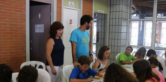 La concejala de Deportes, María José Roberto, ha visitado la Piscina Cubierta de Vélez donde 380 menores disfrutan de esta iniciativa.