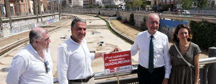 """El responsable de los populares ha lamentado que """"llevamos más de 30 años de abandono y de desidia por parte de la Junta para eliminar la grieta, la herida que supone para la ciudad el Guadalmedina"""","""