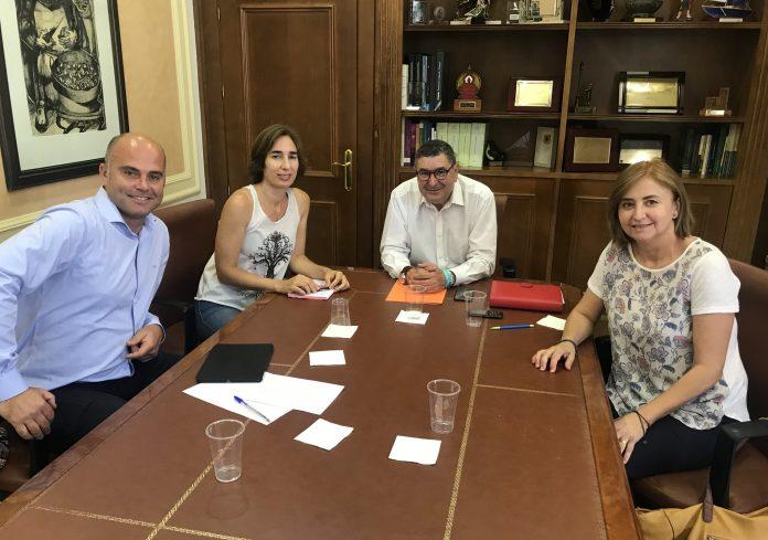 El regidor veleño se reunió esta mañana con representantes de la Plataforma Ciudadana por Benejarafe y Chilches para explicarles el estado de los expedientes y mostrarles su compromiso para agilizar los trámites.