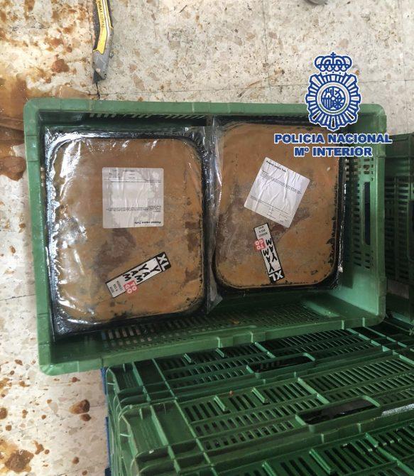 Detenidas cinco personas –cuatro hombres de nacionalidad holandesa y uno española- que sumergían los paquetes de droga en un recipiente de crema de avellanas y tofu y procedían a su congelación, desmolde y empaquetado.
