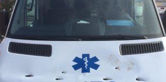 Así ha quedado la ambulancia tras la agresión . El agresor comenzó a golpear y a clavar la sombrilla de playa en la carrocería de la ambulancia, donde causó varios agujeros.