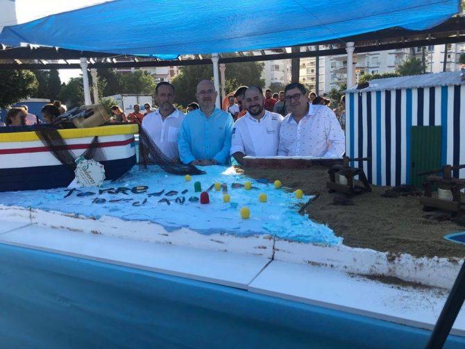 Han probado la tarta, entre otros, el alcalde de Vélez-Málaga, Antonio Moreno, el teniente alcalde de Torre del Mar, Jesús Pérez, y el teniente alcalde de Caleta de Vélez, David Vilches.