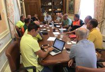 Imagen de la reunión de Las fuerzas de Seguridad y Protección Civil con el alcalde veleño Antonio Moreno, y los coordinadores de la Delegación de Deportes Carlos Tello, Oscar Pérez y Serafín Pérez.