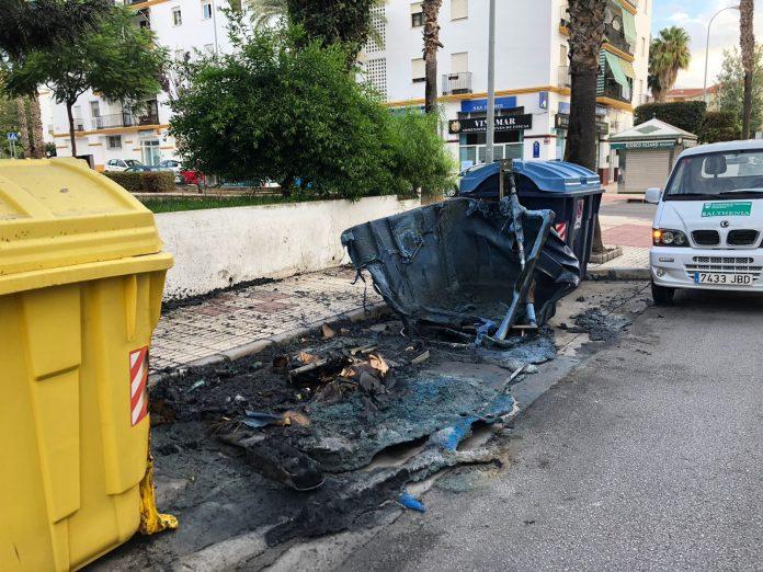 La empresa de Limpieza del Ayuntamiento de Vélez-Málaga, Atlhenia, ya trabaja en el adecentamiento de la zona y colocación de nuevos contenedores.