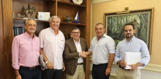 El alcalde de Vélez-Málaga, Antonio Moreno Ferrer, acompañado por el concejal de Medio Ambiente, Marcelino Méndez-Trelles, y el concejal de Contratación, José A. Moreno Ocón, firmó en el día de ayer el contrato con la empresa Magtel Operaciones, que supondrá una inversión de cerca de 396.000 euros y un plazo de ejecución de unos 5 meses.