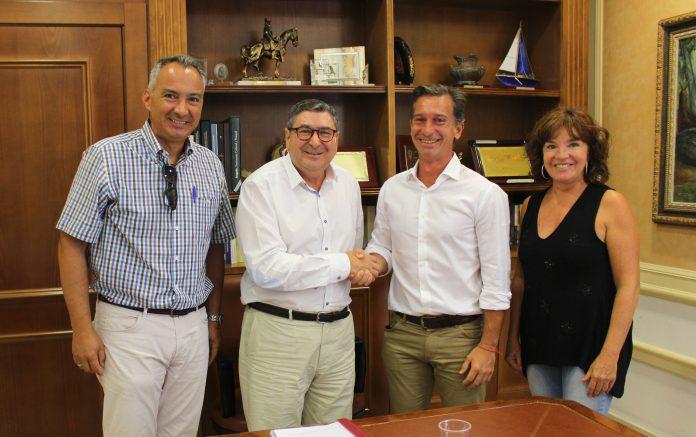 El alcalde de Vélez-Málaga, Antonio Moreno Ferrer, acompañado por la concejala de Deportes, María José Roberto, firmó esta mañana el contrato que da luz verde al comienzo de las obras de un pabellón multiusos para actividades deportivas que prevé albergar unos 3.000 usuarios.