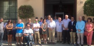 Vélez-Málaga ha guardado un minuto de silencio esta mañana en las puertas del Ayuntamiento por los malagueños fallecidos en accidente de tráfico en Tanzania.
