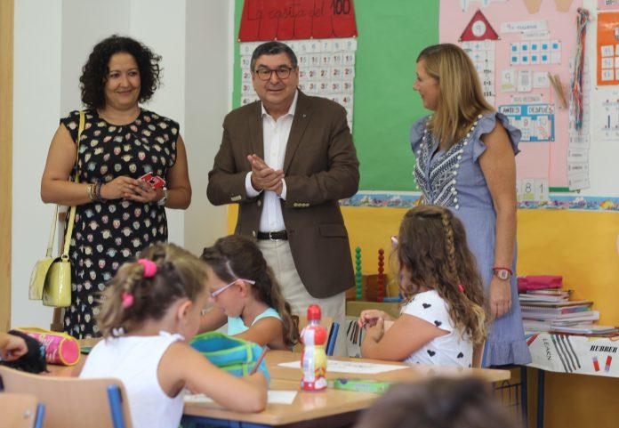 El alcalde de Vélez-Málaga, Antonio Moreno Ferrer, y la concejala de Educación, Cynthia García, visitaron hoy el CEIP San Faustino de Benajarafe, del que se han retirado las últimas aulas prefabricadas existentes en el municipio suponiendo su eliminación definitiva.