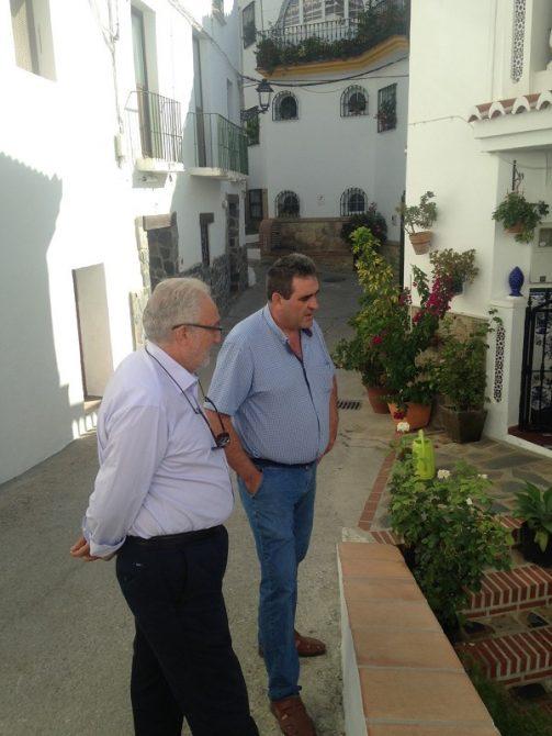 El diputado de Apoyo y Atención al Municipio, José Ramón del Cid, junto al alcalde de Sedella.