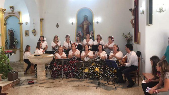 Actuación del Coro Rociero de Cajiz momentos antes de la salida.