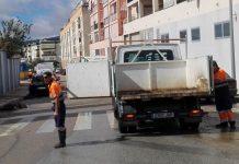 Los diversos servicios operativos del Ayuntamiento de Vélez-Màlaga han trabajado durante todo el día en las zonas más afectadas por la lluvia tras el paso del huracán Leslie en el municipio.